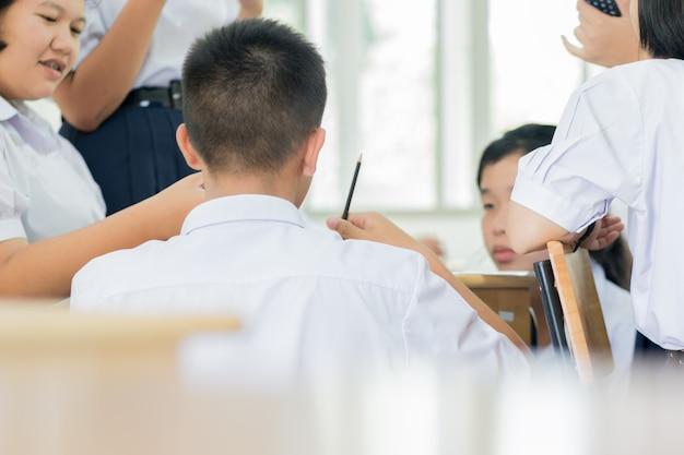 Estudiantes de escuela asiática no identificados en garb