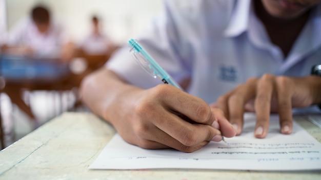 Estudiantes de la escuela que toman la respuesta del examen en el aula