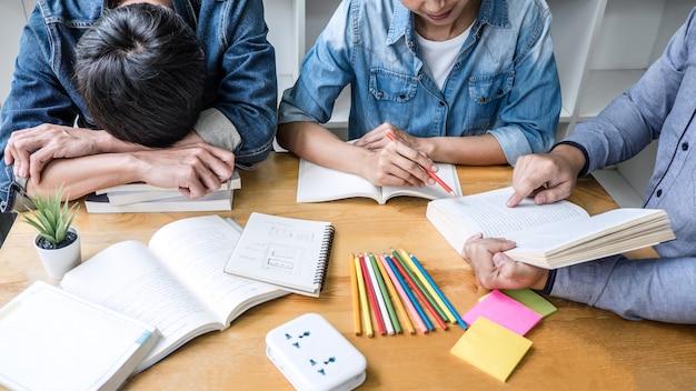 Los estudiantes de la escuela secundaria o los compañeros de clase, tutor en la biblioteca, estudian y leen con ayuda, ayudan a un amigo a hacer la tarea