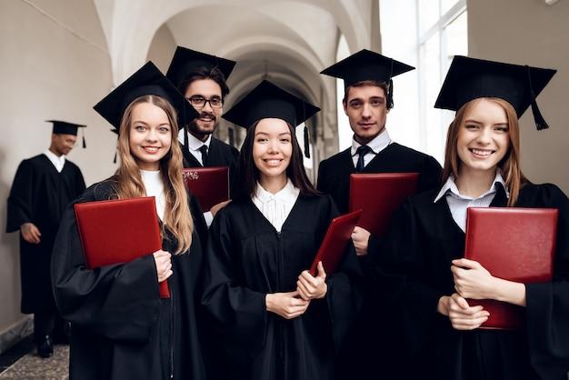 Los estudiantes están parados en el pasillo de la universidad.