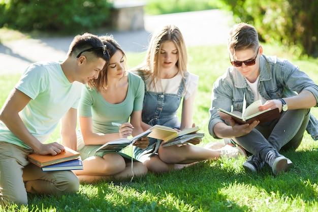 Estudiantes estudiando. jóvenes preparándose para las lecciones. personas preparándose para los exámenes.