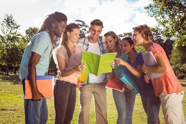 Estudiantes felices afuera en el campus