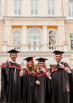 Estudiantes felices en la ceremonia de graduación