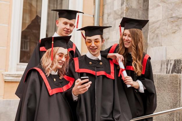 Estudiantes felices graduándose
