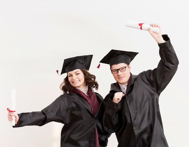 Estudiantes graduados con diplomas