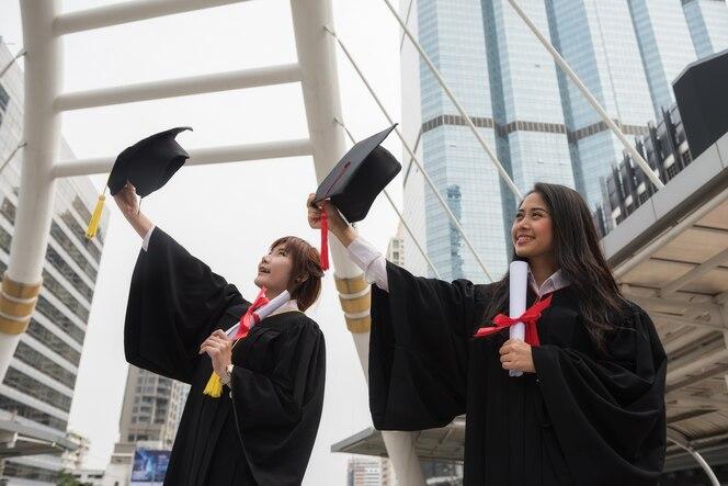 Estudiantes graduados en día de la graduación