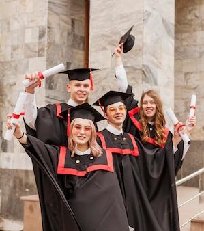 Estudiantes graduados felices