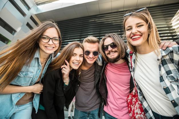 Estudiantes grupo amigos