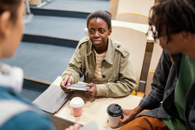 Estudiantes hablando después de clase