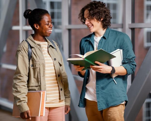 Estudiantes hablando en la sala de la universidad.