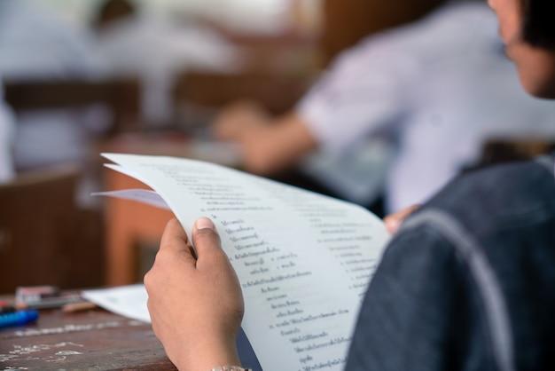 Estudiantes haciendo examen en el aula