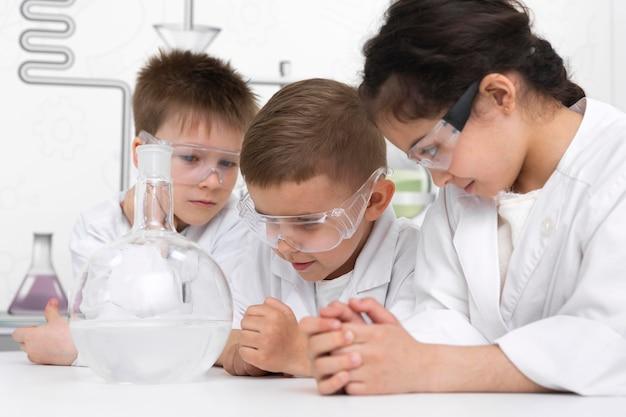Estudiantes haciendo un experimento químico en la escuela.