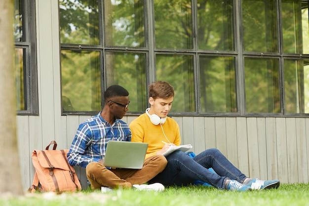 Estudiantes haciendo la tarea en el campus