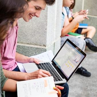 Estudiantes haciendo tarea en el parque.