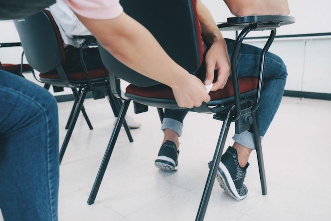 Estudiantes haciendo trampa al pasar la nota en el examen