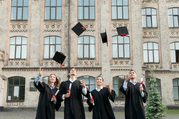 Estudiantes jóvenes celebrando su graduación