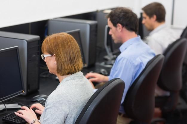 Estudiantes maduros en la sala de informática