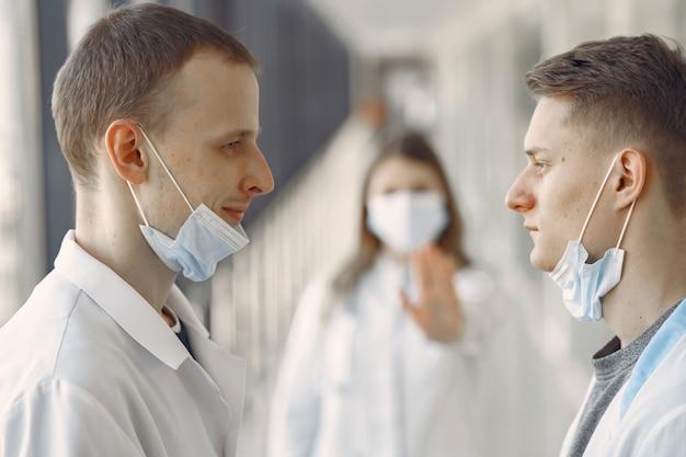 Estudiantes de medicina están en el pasillo con máscaras