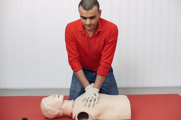 Los estudiantes de medicina están practicando