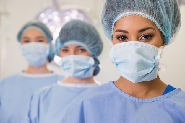 Estudiantes de medicina en el quirófano mirando a la cámara