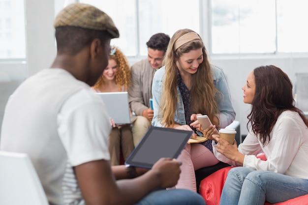 Estudiantes de moda charlando y sonriendo