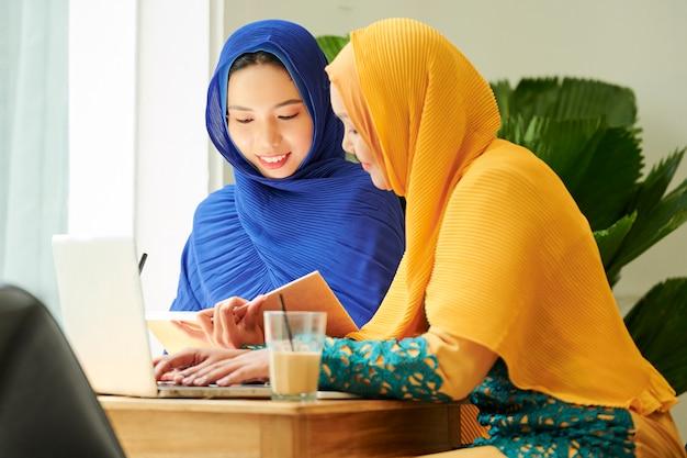 Estudiantes musulmanes haciendo los deberes en el café