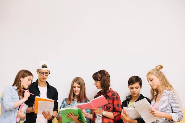 Estudiantes posando y coworking en blanco