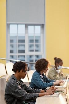 Estudiantes prestando atención en clase.