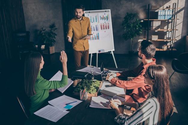 Estudiantes que asisten a la capacitación en gramática comercial discutiendo estrategias para alcanzar la forma de liderazgo rentable más adecuada