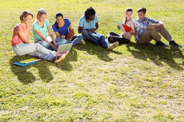 Estudiantes que estudian afuera en el campus