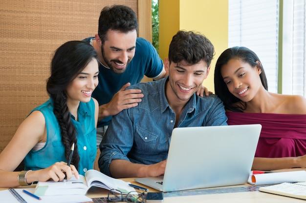 Estudiantes que estudian en la computadora portátil