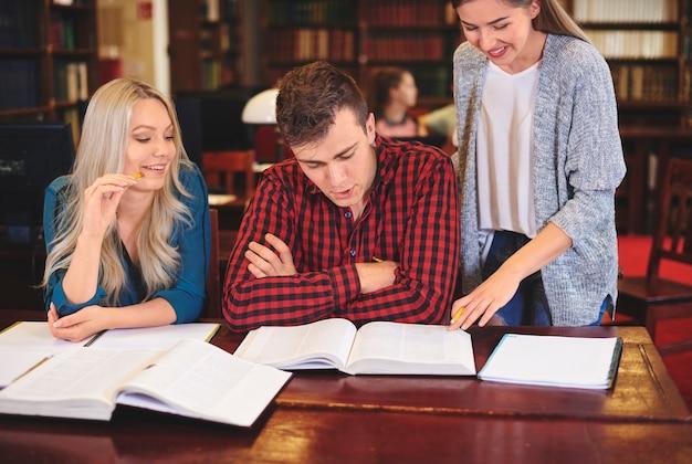 Estudiantes que estudian para el examen en la biblioteca.