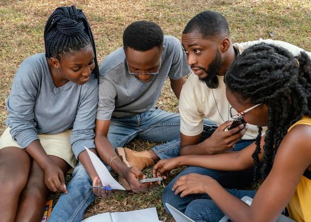 Estudiantes que estudian juntos