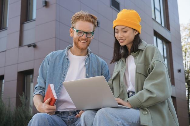 Estudiantes que estudian usando laptop preparación de exámenes a distancia
