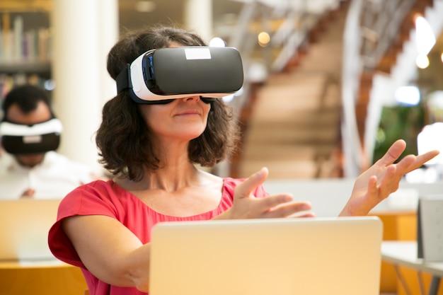 Estudiantes que usan dispositivos de realidad virtual para estudiar