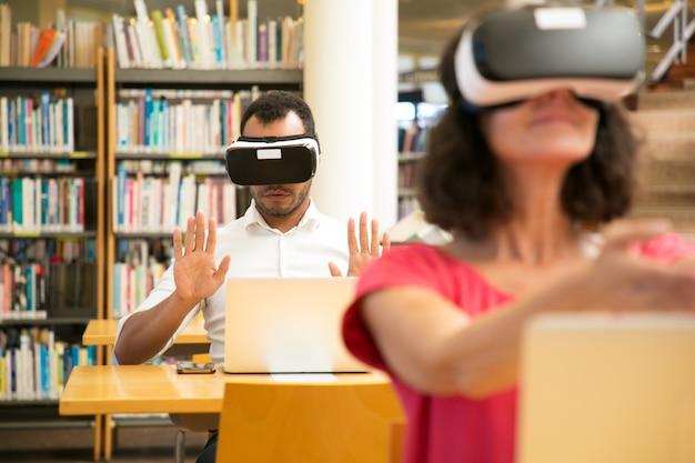 Estudiantes que usan simuladores de realidad virtual para estudiar