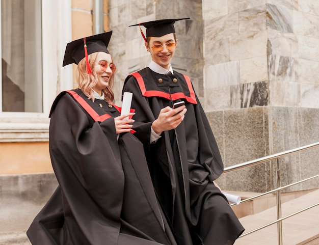 Estudiantes revisando móviles