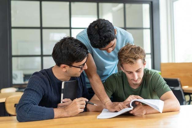 Estudiantes serios centrados en la asignación de clase