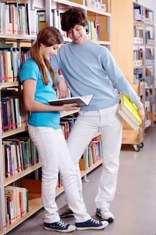 Estudiantes sonrientes en la biblioteca