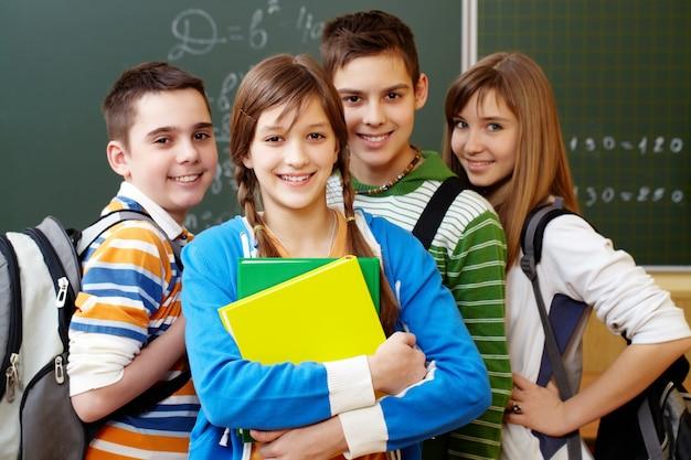Estudiantes sonrientes con mochilas