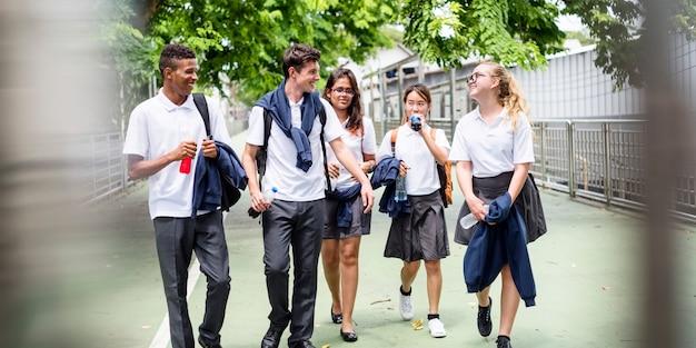 Estudiantes en su camino a casa desde la escuela