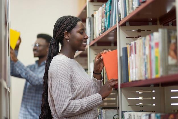 Estudiantes de tiro medio en biblioteca