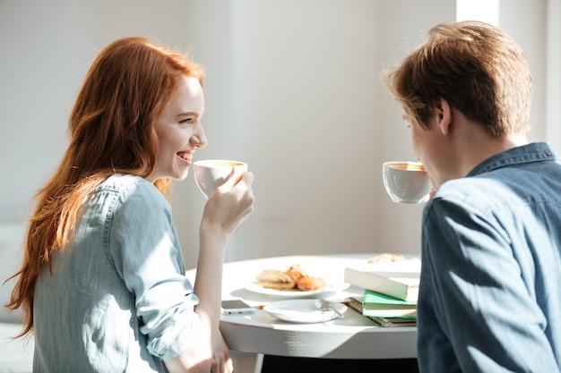Estudiantes tomando café en la cafetería
