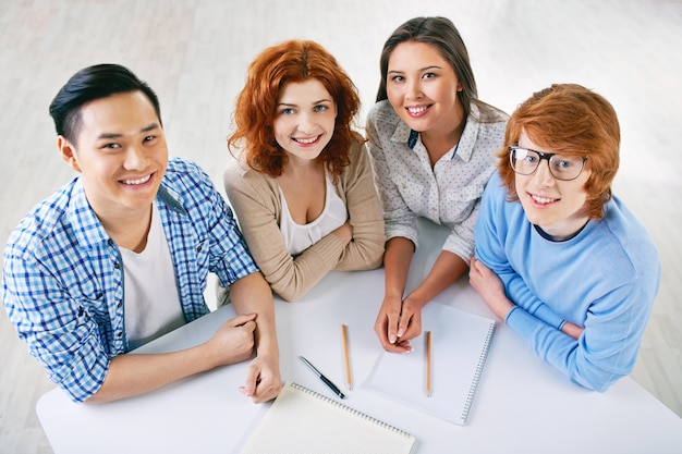 Estudiantes trabajando como un equipo en la universidad