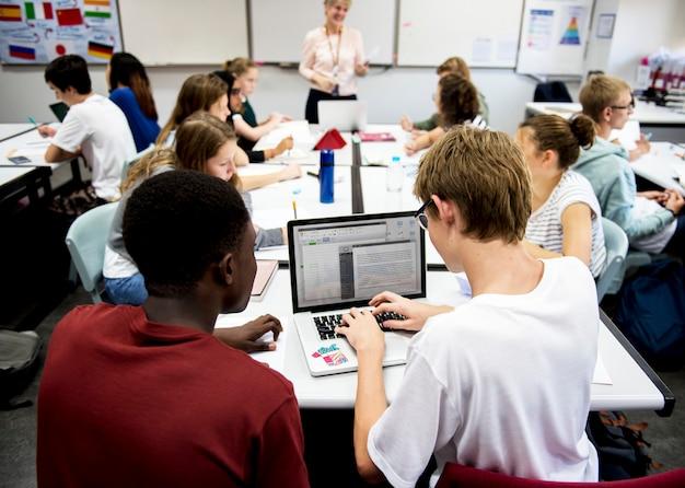 Estudiantes trabajando juntos en un aula