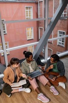 Estudiantes trabajando juntos en un proyecto.