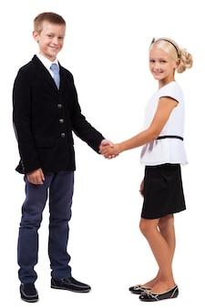Estudiantes en trajes de negocios se dan la mano