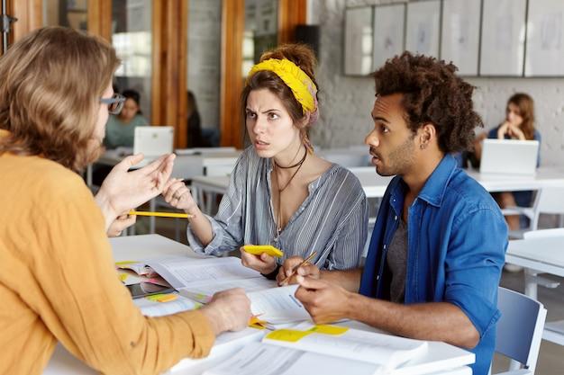 Estudiantes tratando de entender a su maestro