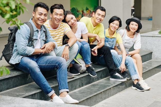 Estudiantes universitarios alegres