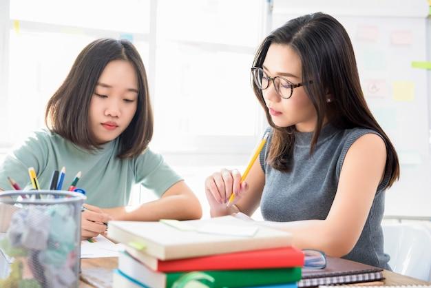 Estudiantes universitarios chinos asiáticos femeninos